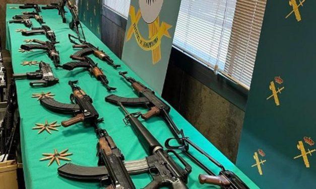 Polizei beschlagnahmt Waffen und Nazi-Embleme – Deutsche festgenommen